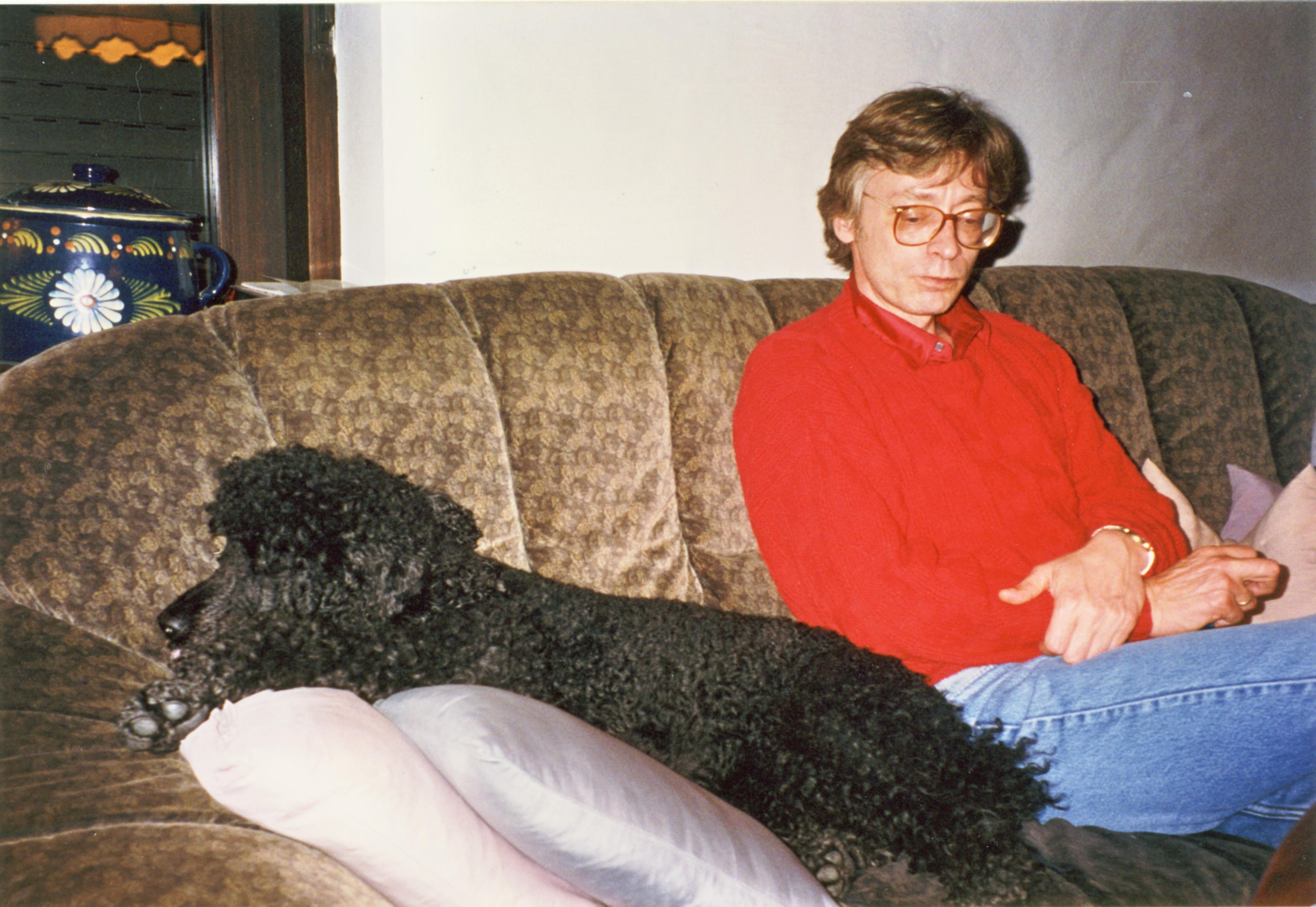 Hans-Hermann Hoppe auf der Couch in Roland Baaders Wohnzimmer, zusammen mit Gerard Radnitzkys Pudel Olga (1995)