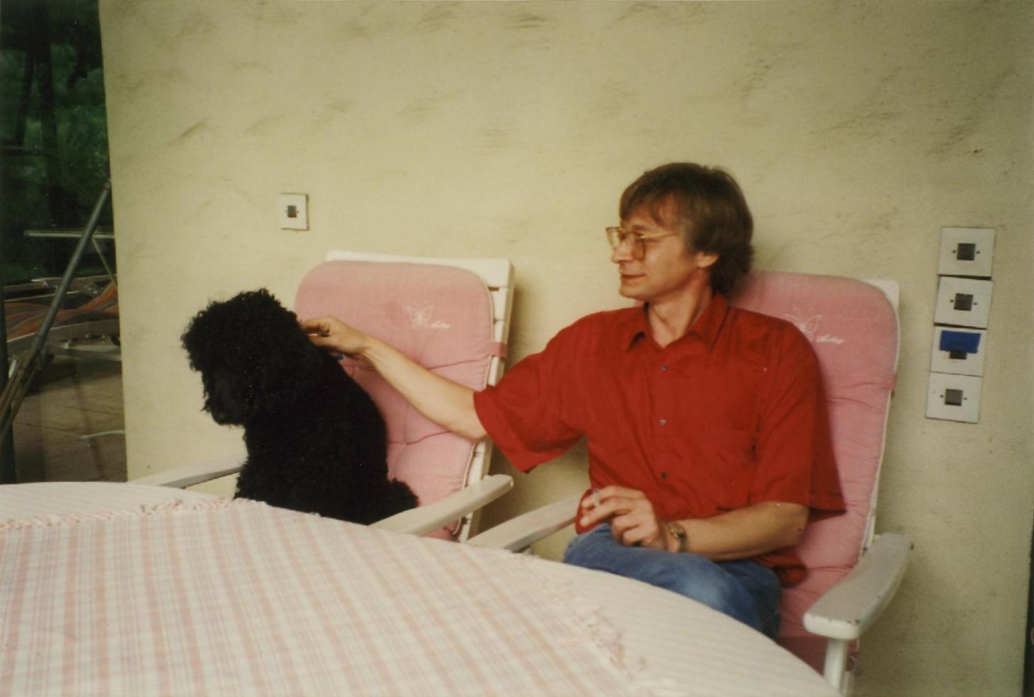 hans-hermann-hoppe-auf-der-terrasse-von-roland-baader-mit-gerard-radnitzkys-pudel-olga-juni-1995